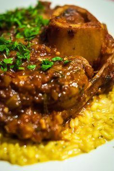 <p>L'osso buco à la milanaise, un plat de viande au goût fort et au parfum enivrant, est un élément incontournable de la cuisine de Lombardie. Le mot « osso buco », que l'on traduirait en français par « os troué », désigne une partie de la rouelle de jarret de …</p>
