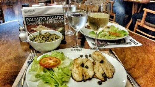Tilápia com fio de azeite de oliva, acompanhada de fettuccine integral ao molho pesto e vinho branco português. Madero Steak House,  New York City Center.