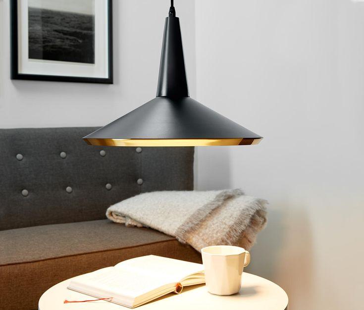 2490 Kč | Toto závěsné svítidlo s LED v matné černé barvě s prvky v barvě mosazi se skvěle hodí do moderního bydlení. LED svítidlo vydává příjemné teplé bílé světlo a je ideální pro upevnění nad stolem.