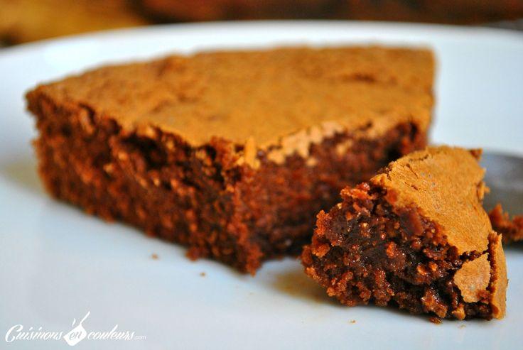 Ingrédients : 80g de farine 120g de beurre 200 g de chocolat noir 150g de sucre 4 oeufs 80g de farine T45Préchauffez votre four à 180°C. Faites fondre le beurre et le chocolat au micro ondes ou au bain marie. Mélangez, dans un saladier, les oeufs avec le sucre puis la farine. Incorporez-y le chocolat et le beurre fondu en mélangeant avec une cuillère en bois jusqu'à l'obtention d'une pâte homogène. Versez la préparation dans un moule beurré et enfournez pour 30 minutes de cuisson.