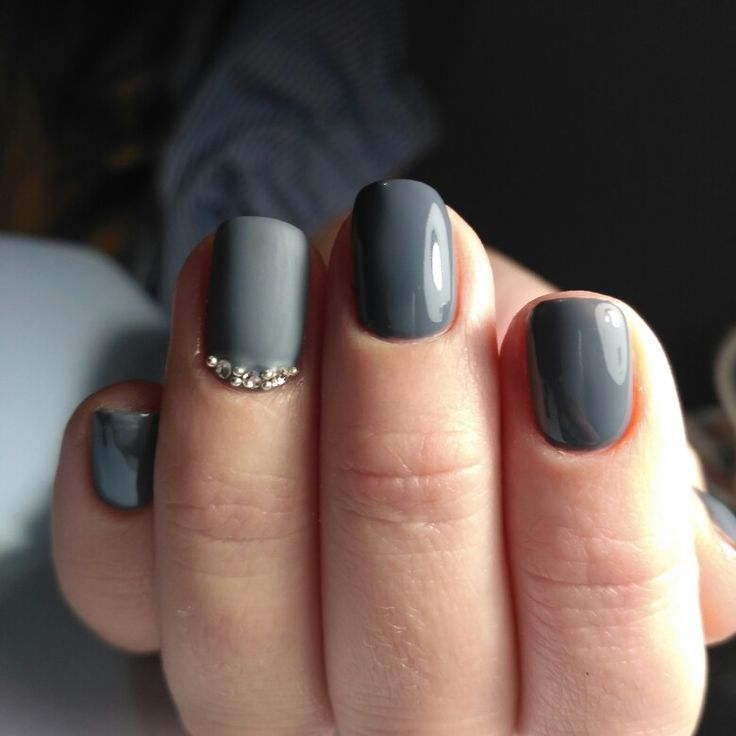 Дизайн ногтей серый гель лак матовый топ инкрустация стразами