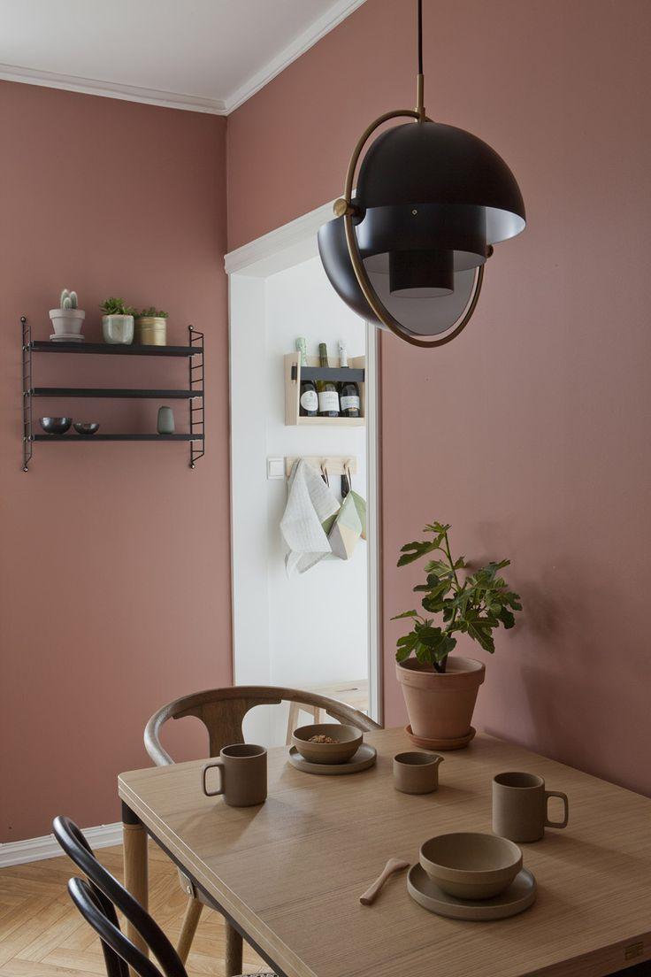 Varm atmosfære med lune farger som gir karakter til den lille leiligheten.