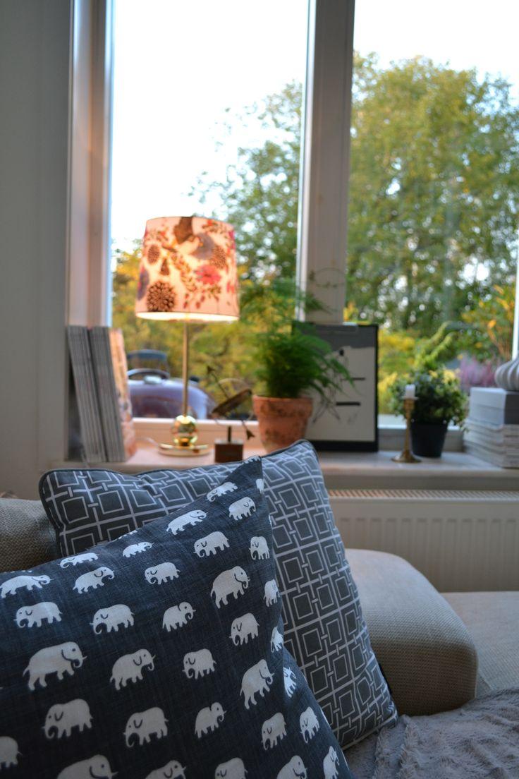 I mitt vardagsrumsfönster - svenskt tenn, hemtex, marmor, mässing fjädersparris