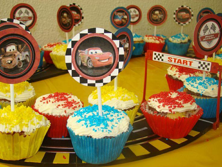 Divertidos y coloridos cupcake de Cars, montados sobre una pista de carrera....