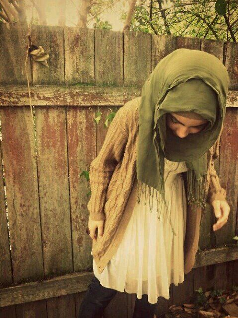 Looove the outfit and the way she tied her hijab! #layers #hoodie