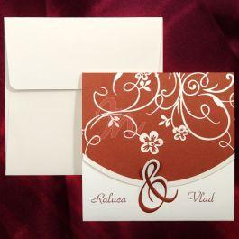 Invitatia are la baza doua culori: bordo si alb si este compusa din trei parti. In partea de jos pot fi imprimate numele (initialele) mirilor   pe fundal alb (tiparire: 0.25 lei/buc) iar pe restul suprafetei observam elemente decorative florale albe pe fundal bordo. Cele doua elemente sunt unite printr-un element decorativ bordo si acopera textul invitatiei.  #invitatie de #nunta #mirese #miri #invitatii #elegante #originale
