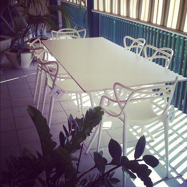Kartell i biel totalna - białe krzesła Masters proj. Philippe Starck i biały stół Spoon proj. Antonio Citterio
