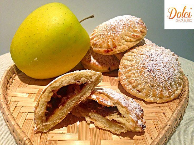 I Biscotti Cuor di Mela Senza Burro e Uova,la versione leggera sana e genuina! Una friabile pasta frolla light con un goloso e avvolgente ripieno di mele!