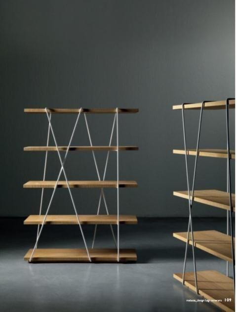 Estantería en madera con decoración moderna