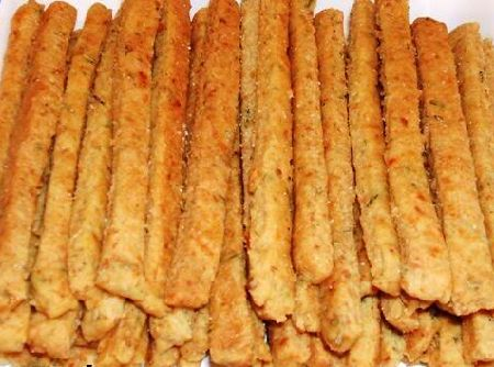 Receita de Palitos de sardinha - 1 xícara (chá) de queijo parmesão ralado, 1 xícara de (chá) de farinha de trigo, 1 colher de (sopa) de fermento em pó, 1 colher de (chá) de sal, 1 ovo, 1 colher de (sopa) de manteiga, 1 lata de sardinha sem pele e sem espinhas, 2 colheres (sopa) de leite, Margarina para untar