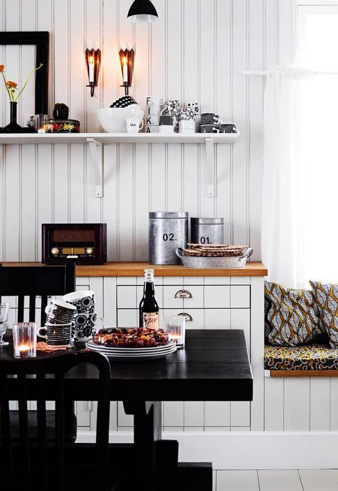 Uuden pohjalaistalon keittiökaapistot on tehty mittojen mukaan. Itsetehdyn ruokapöydän ympärille on kerätty suvun vanhoja sekä kirpputoreilta löytyneitä tuoleja. | Vanhan talon malliin | Koti ja keittiö | Wilma Custers/Features & More | Kuva Krista Keltanen