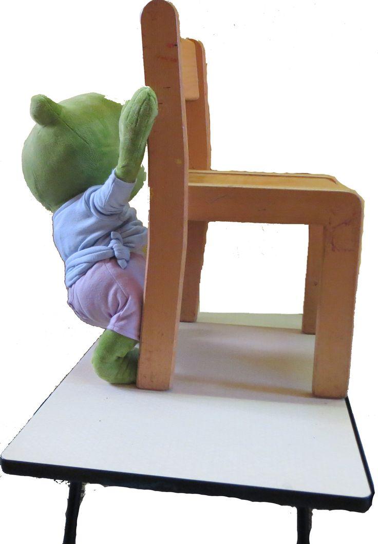 Cezar: stoelen op tafel zetten.