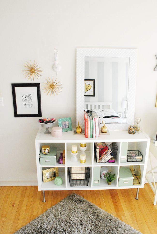Organizando o quarto: como transformar uma prateleira em uma penteadeira com muito charme.