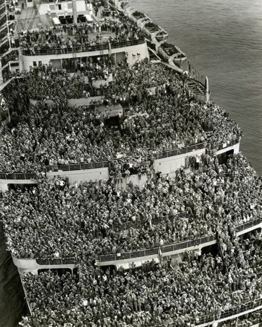 American soldiers returning after V-Day to New York harbour on a crowded ship, 1945.