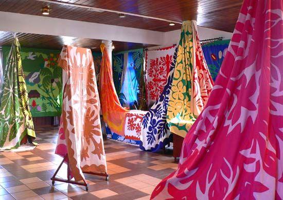 Troisième étage de la mairie de Papeete, qui abrite le 10ème Salon du tifaifai : Third floor, city hall of Papeete, where the tifaifai show ends: