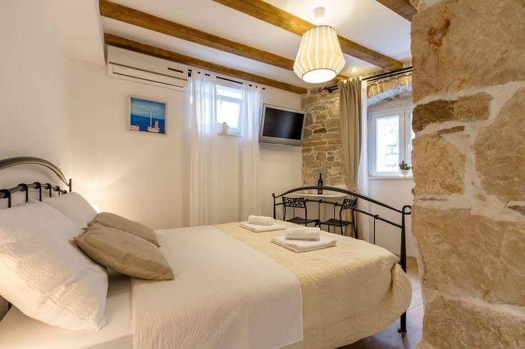 Bacite oko na ovaj odličan oglas na Airbnbu: Stone elegance (Rudula), quiet studio at center - Kuće za najam - Split
