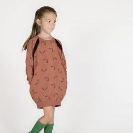 Specificaties:  Kleuren: Cederhout Bruin   (Gütermann garen kleur 847) Zwart  Het esdoornzaadje is 5cm breed en 4,5cm hoog        Deze French Terry is een gebreide stof die zacht aanvoelt en goed rekt in horizontale en verticale richting. Met een gladde bovenkant en een onderkant met lusjes is deze stof stof perfect voor het creëren van loungewear, hoodies, (bomber)jassen, truien, joggings, shorts, (T-shirts ook nog net). Boordstof in perfect passende kleur is beschikbaar (niet zwart)…