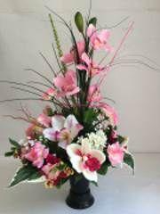 Composition de fleurs artificielles orchidées roses feuillage et cable décoratif pour vase funéraire en granit de cimetiere