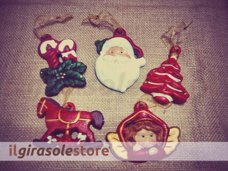 Decori per il periodo natalizio, da appendere sull'albero o per decorare la casa. Sono 5 soggetti assortiti, grandi 10 cm.