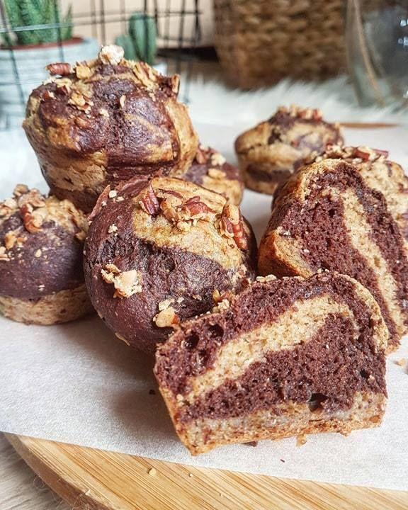 Et une nouvelle recette de petit goûter healthy (ou petit-déjeuner) qui fait bien plaisir : des muffins extra moelleux sans oeufs, sans lactose avec très peu de matière grasse (sans beurre), et avec peu de sucre, la banane mûre aidant à sucrer. On le sait dans un muffin, pour avoir la texture parfaite il y a des oeufs, du beurre, beaucoup de beurre, et de sucre !! Mon objectif était de trouver la texture d'un vrai muffin et ça y'est j'y suis arrivée avec ces délicieux muffins d...
