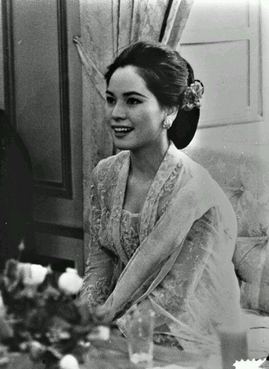 Dewi Soekarno wearing kebaya
