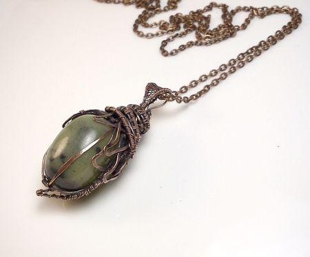 Fotogaléria šperkov, drôtený, tepaný a patinovaný medený šperk, drôtikovaný prívesok s minerálom, šperky s kameňom, nefrit.