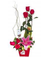 Arreglo de rosas Orleans:  Impactante diseño de rosas con salix acompañando de lilium e hypericum, en original base Love. Pidelo a domicilio en nuestra tienda online de florería Pétalos y Hojas