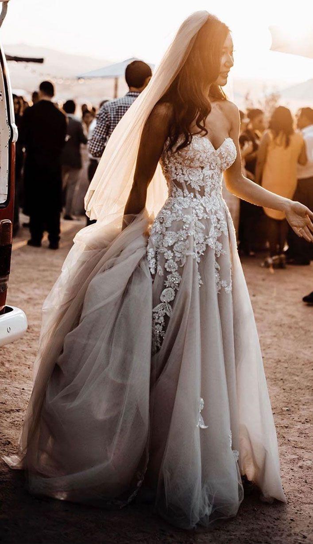 Ein atemberaubendes Brautkleid mit anmutiger Eleganz   – Hochzeit – #anmutiger #…