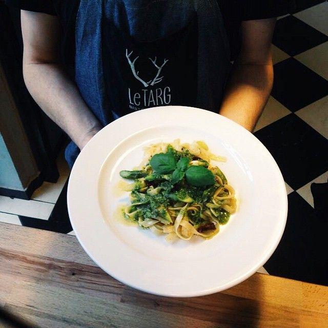 Makaron tagliatelle z zielonymi szparagami, suszonymi pomidorami i pesto! #letarg #letargbistro #pasta #tagliatelle #pesto #tomatoes #green #asparagus #food #foodporn #instafood #foodgasm #italy #italian #italiancuisine #cook #cooking #poznan #eat #eating