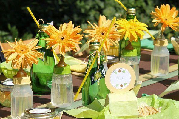 baby shower party avec une déco de table biberons en tant que vases