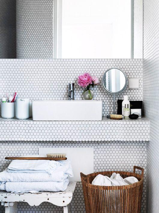 salle de bain, céramique blanche, et accent de bois VINTAGE LUXE: Photo