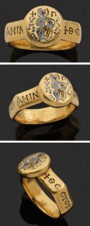 Dans l'empire Byzantin comme de nos jours une bague était échangée lors d'un rite du mariage d'un couple, pour symboliser leur union. Celle-ci est en or avec des inscriptions en Grec (influence encore bien présente)