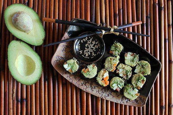 Deze koolhydraatarme vegetarische sushi zit bomvol vol met antioxidanten, vezels, vitaminen, mineralen, goede onverzadigdevetten en eiwitten. Avocado dient als basis in plaats van witte rijst en geeft een heerlijk en romige textuur aan de sushi.