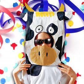 Occorrente:sacchetto per il pane; ritagli di cartoncino ondulato; colori acrilici: titanium white, black ebony, cadmium yellow (Americana di DecoArt); pennello a punta piatta n. 6 e pennello a punta
