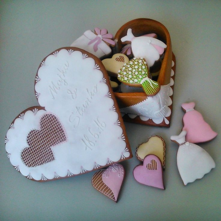Wedding box made of cookie and full of small cookies.