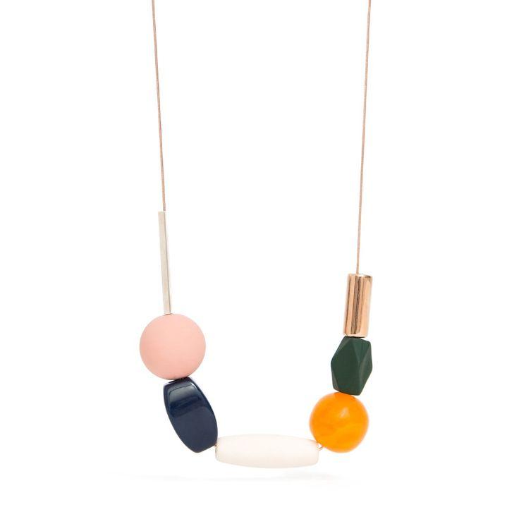 Colar de metal banhado em Ouro Rosé, com peças coloridas: Tubos emborrachados marfim e verde musgo, tubo de resina azul marinho, bola de murano laranja, bola rosa de resina, peças em metal com banho de Prata e Ouro Rosé.  *Comprimento: 60cm