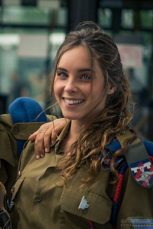 Polícia Militar IsraelitaEnquanto passava cerca da Central Bus Station de Jerusalém (muito usada por soldados) esta e outras jovens pediram-me para as fotografar e eu pedi para tirar uma selfie com elas :)