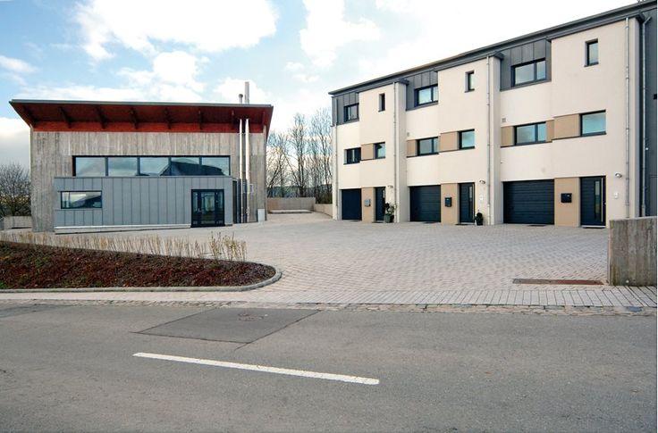 Architectour Eisléck 19: #Putscheid – Lotissement - Neit Wunnen. Une nouvelle place crée le lien entre l'ancien village et le nouveau. Le concept énergétique se base sur l'utilisation d'énergies renouvelables et  de matériaux respectueux de l'environnement. Architectes : Jonas Architectes Associés S.A., Bob Strotz, Marc Disteldorff, BENG. Ingénieurs-conseils : Rausch & Associés, Goblet Lavandier & Associés, Segeco. Photographe(s) :Claudine Bosseler