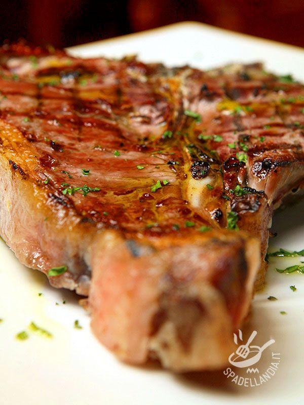 Florentine steak - Ecco la ricetta della vera Bistecca alla fiorentina, un piatto saporito e succulento come richiede la migliore tradizione gastronomica toscana. #bisteccaallafiorentina