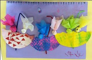 5月18日(金)に幼稚園クラスの一日体験教室を行いました。 「てるてる坊主とカサ」を作って6月のカレンダーに貼りつけていきました。    まず、3色の色画用紙にテクスチャーをつけていきます。 ひとつは三角シールを貼ってマスキングしたあとローラーで着色、そして乾いたらはがす...