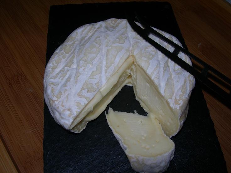 """Queso la Cueva Llonín, de Peñamellera (Asturias). De leche pasteurizada de vaca. Inicialmente elaborado igual que el queso tradicional de Peñamellera, su posterior proceso de maduración le aporta unas características similares tanto en aspecto como en textura a las del brie o el camembert, si bien es de sabor más suave. Conocido como el """"camembert asturiano"""", es una recreación del antiguo queso que """"se escapaba"""", por su textura."""