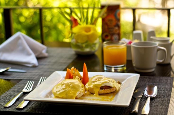 Desayuno Neoyorkino: Huevos Benedictinos con Mini Pancakes, Frutas, Jugo Natural  y Bebida Caliente.
