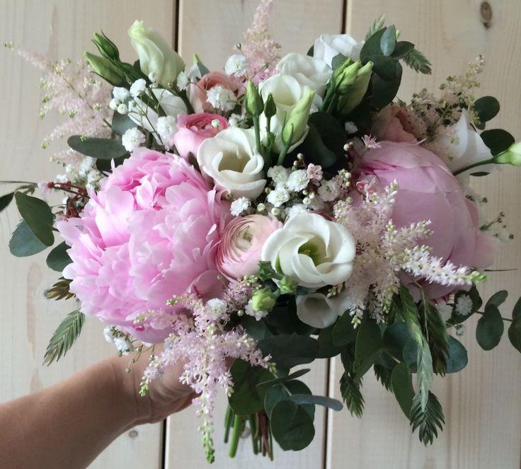 Romantisk brudebuket bundet af pæoner, lisianthus, ranunkler, astilbe, brudeslør, euqalyptus og hjertegræs.