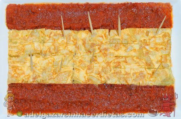 Receta saludable de TORTILLA DE PATATAS ligera  con salsa de tomate casera formando la bandera española baja en calorías, apta para diabéticos y baja en colesterol.