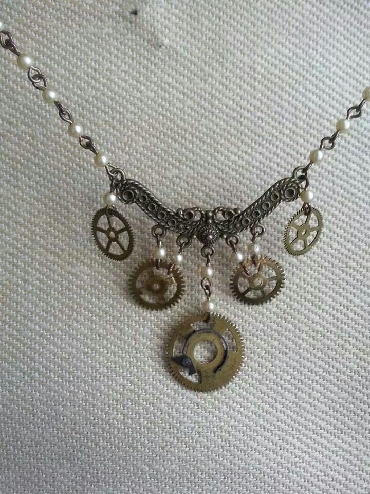 Lady necklace with gears