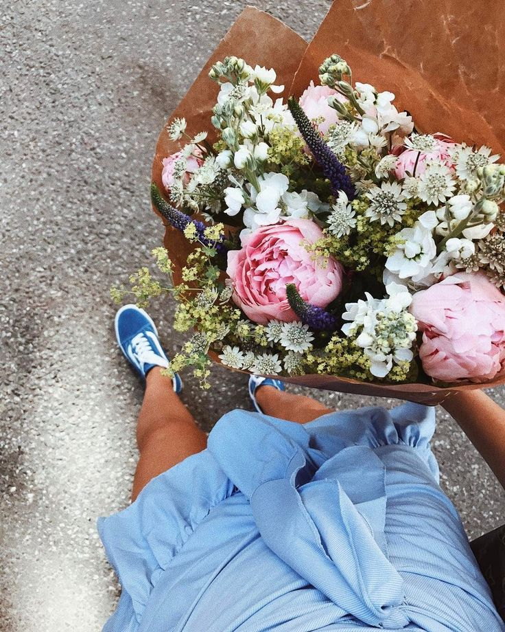 How cute is this photo? From the ootd inspo to the fresh flowers