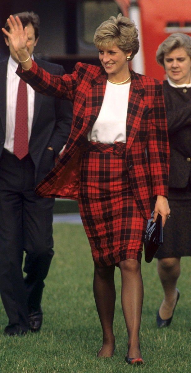 On a trip to Kent,  Princess Diana chose to work full-on tartan to awesome effect, 1990 | heatworld.com