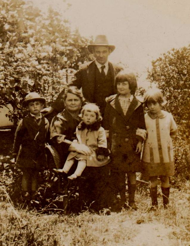 Bill & Flo Williams with their 4 children. Eric ( born 1921), Peggie on mother`s lap, Gwen & Marge at Cremorne, NSW.