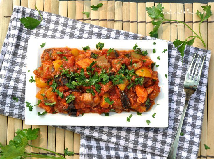 In dit receptspelen alweer de zomerse mediterrane groente een rol. Ik ben gek op tomaten en aubergine waarbij paprika's, uien en ook zoete aardappelen dit perfect aanvullen. Natuurlijk kan je courgette gebruiken of andere groente zoals venkelknol, champignons en wortel. Hou er wel rekening mee...
