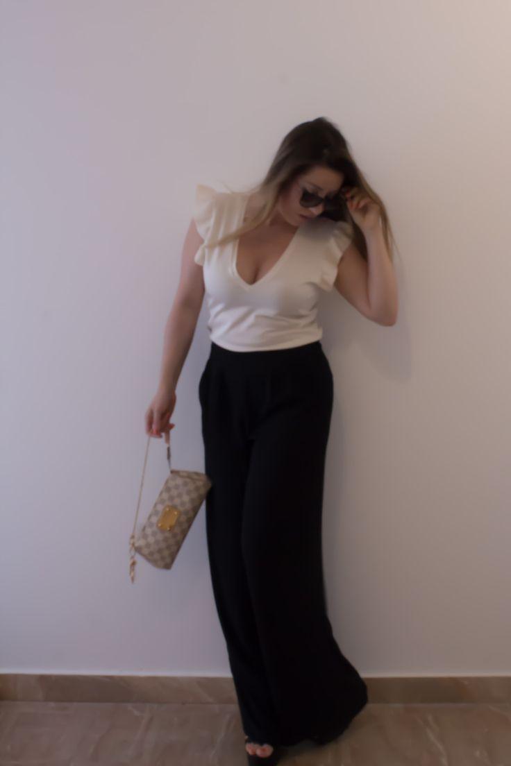 Una romantica t-shirt con balze e un pantalone a palazzo….